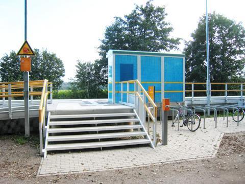 Treppe mit Geländer, Bahnsteig aus GFK und Wetterschutzhaus